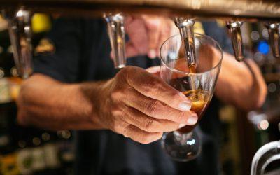 Opråb til regeringen: Børn skal ikke udskænke alkohol